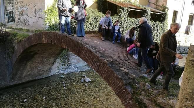«I ponti storici non si toccano». In trecento alla manifestazione