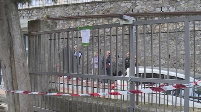 Il cancello del parco giochi di Lerici sotto sequestro