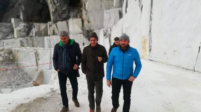 Il sindaco Francesco De Pasquale (al centro) con Carlo Piccioli e Mirco Ferrari della Cooperativa di Lorano