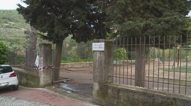 L'entrata del parco giochi e il cancello posto sotto sequestro