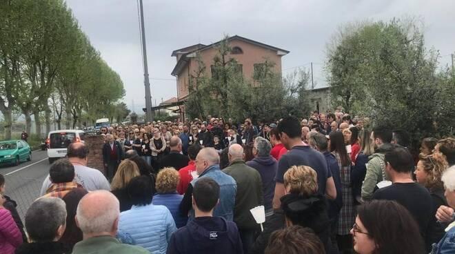 La folla a Luni per ricordare Nicola Lamini