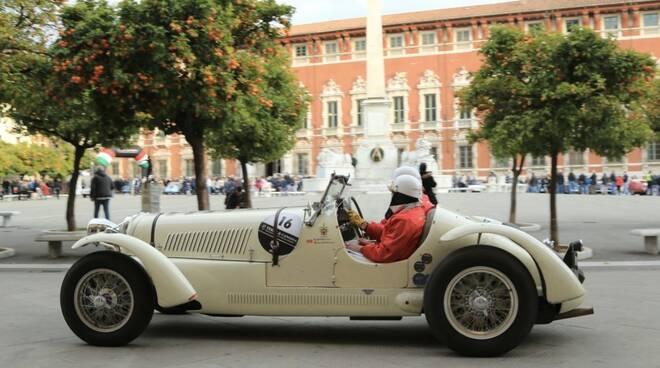 Un'auto d'epoca in piazza Aranci a Massa