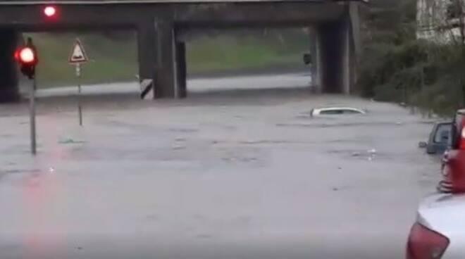 Un'auto rimasta sott'acqua nel sottopasso della zona industriale di S.Stefano