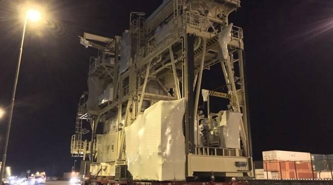 Un modulo del Nuovo Pignone trasportato verso il porto di Marina di Carrara