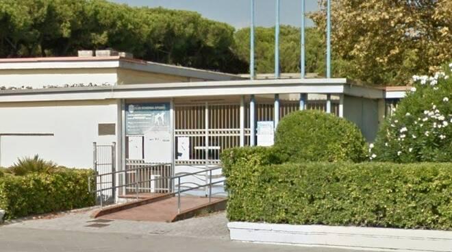 L'ingresso della piscina comunale di Marina di Carrara