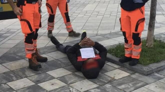 L'uomo stramazzato a terra in piazza Menconi