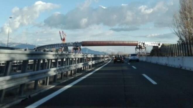 La passerella sull'autostrada A12 tra Marinella e Luni