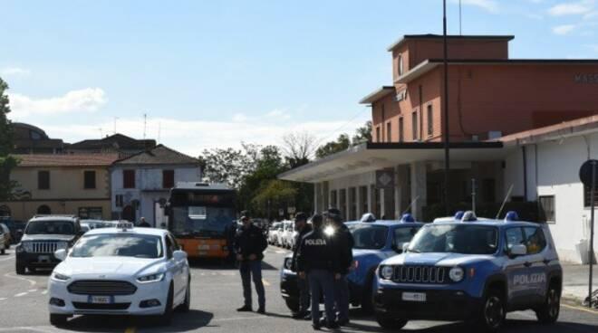 Polizia e Finanza, controlli alla stazione di Massa