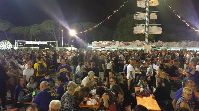 Tanta gente all'inaugurazione della Carrara Bier Fest
