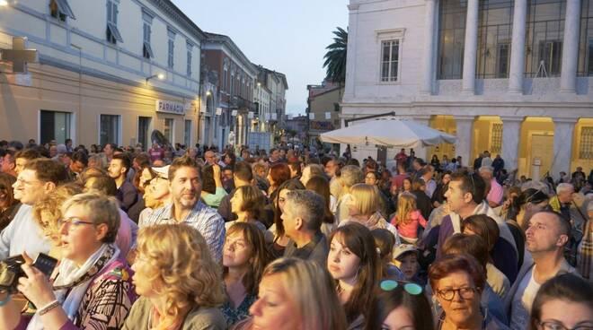 Folla per White Carrara Downtown