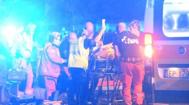 I soccorritori caricano la paziente sull'ambulanza