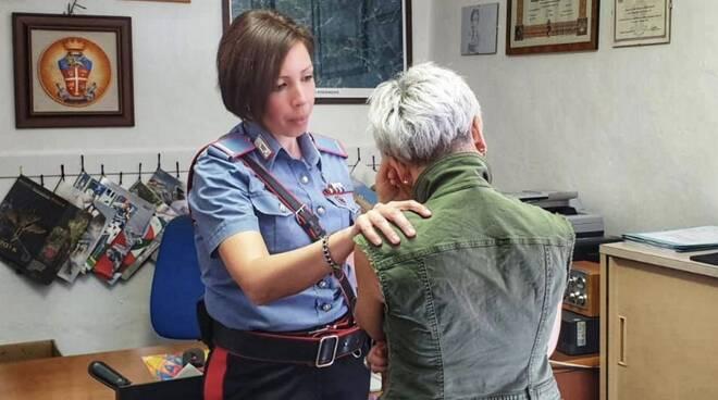 Il maresciallo Alessandra Mercadante con una vittima di violenza di genere