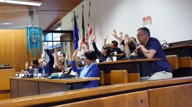 La maggioranza del Consiglio comunale di Carrara