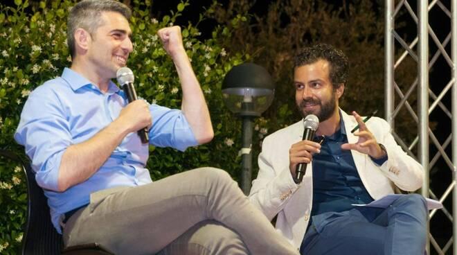 Da sinistra: il sindaco di Parma Federico Pizzarotti e il direttore de La Voce Apuana Matteo Bernabè