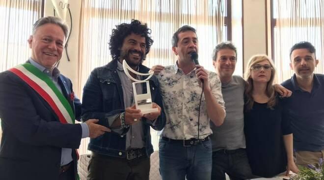 Francesco Renga tra il sindaco Roberto Valettini e il patron del premio Lunezia Stefano De Martino