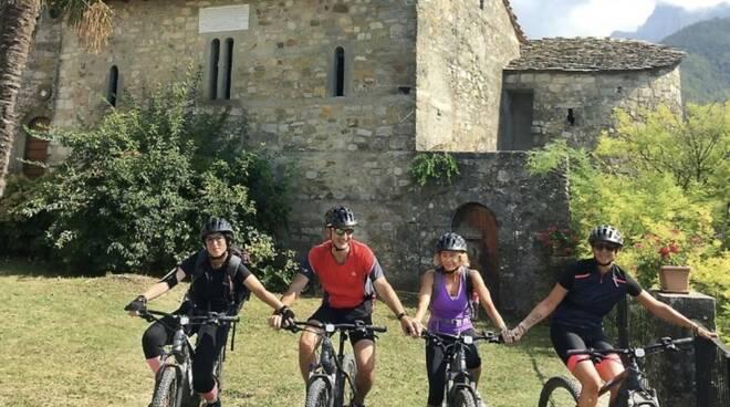 Turisti in bicicletta in Lunigiana