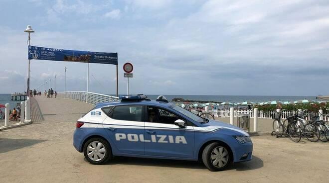 Pattuglia della polizia di Stato davanti al pontile di Marina di Massa
