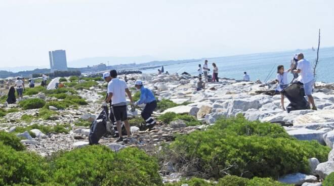 2018: un momento della pulizia dell'area dell'ex simposio, organizzata da Legambiente con la collaborazione dei detenuti