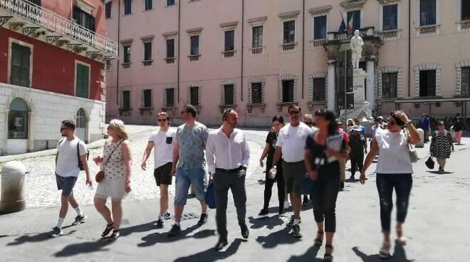 Crocieristi nel centro storico di Carrara