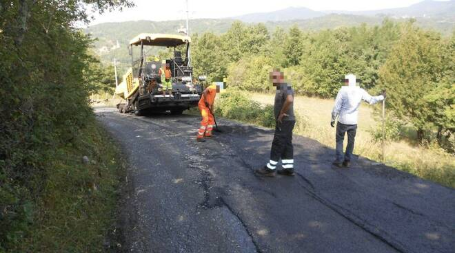 Lavori di asfaltatura sull Sp 42 del Cirone