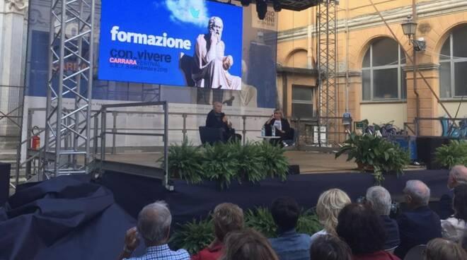 Paolo Mieli interviene sul palco di Con-Vivere 2019