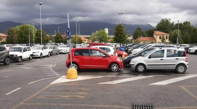La foto del parcheggio del Noa pieno di auto