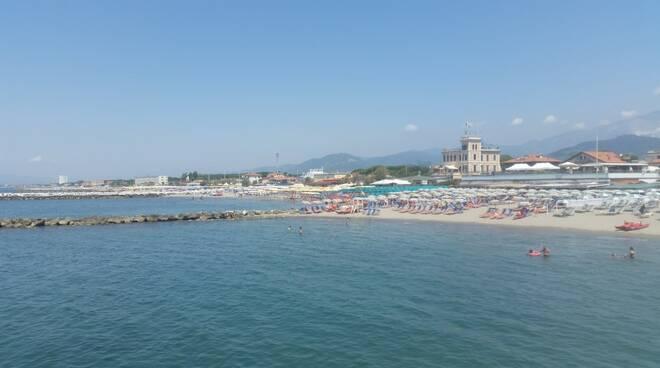 Una parte della spiaggia di Marina di massa