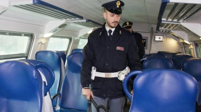 Controlli all'interno di un treno di un agente della Polfer