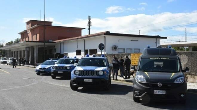 Controlli della polizia e della finanza alla stazione di Massa