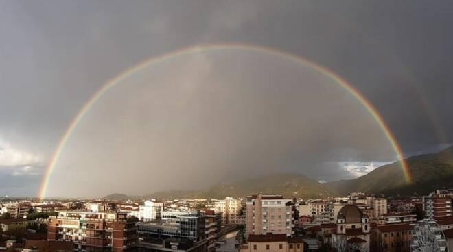 L'arcobaleno che sovrasta Massa