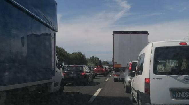 La lunga coda che si è formata in seguito all'incidente sull'A12 tra Carrara e Sarzana