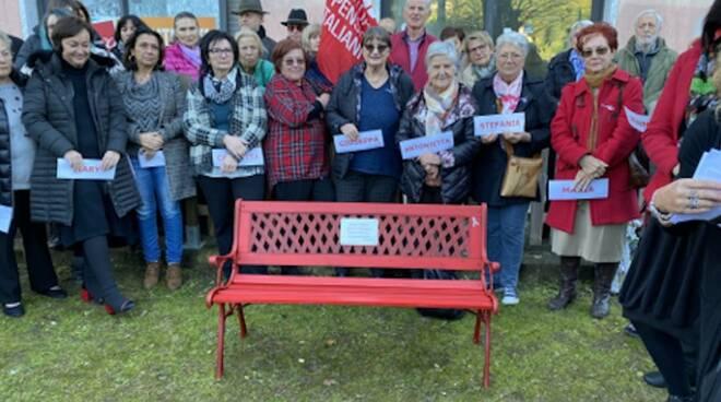 La panchina rossa installata alla Cgil di Carrara