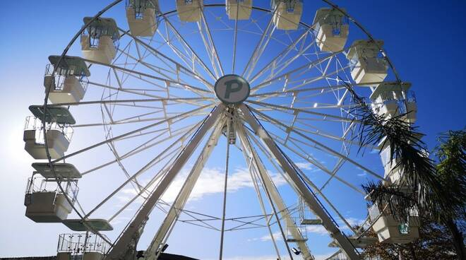 La ruota panoramica di piazza Garibaldi a Massa