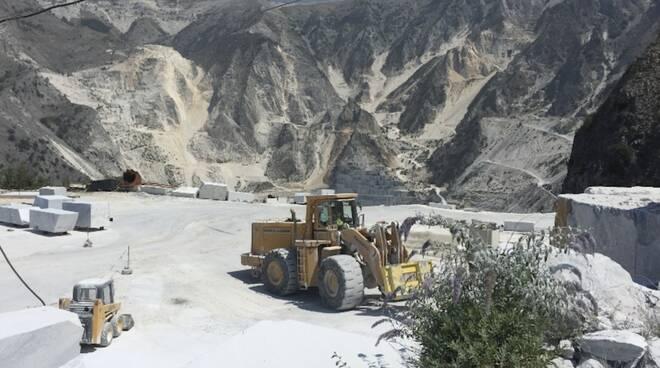 Una cava di marmo bianco