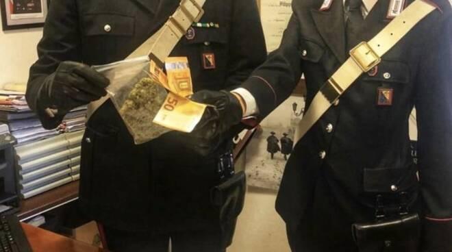 I carabinieri con la marijuana e i soldi sequestrati