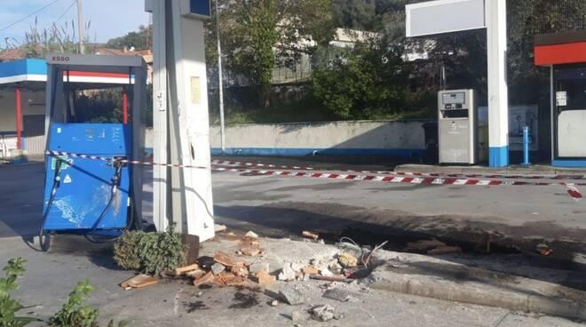 Il distributore della Esso in via Aurelia a Massa che ha subìto il furto