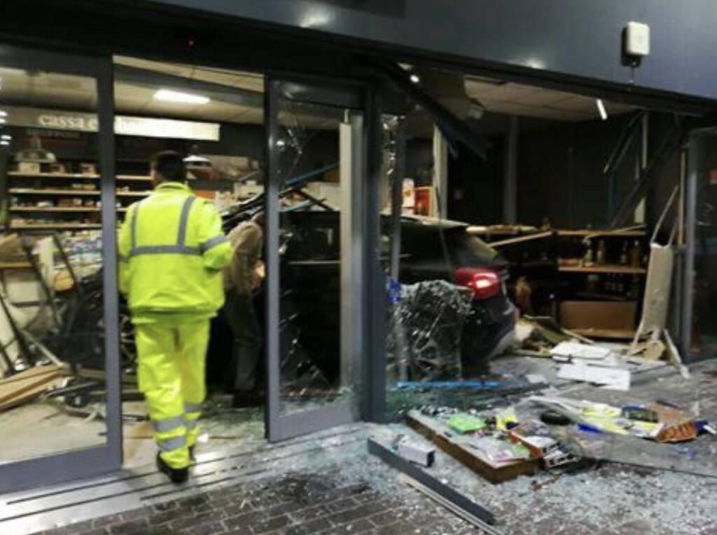 L'auto che ha sfondato la vetrina dell'autogrill