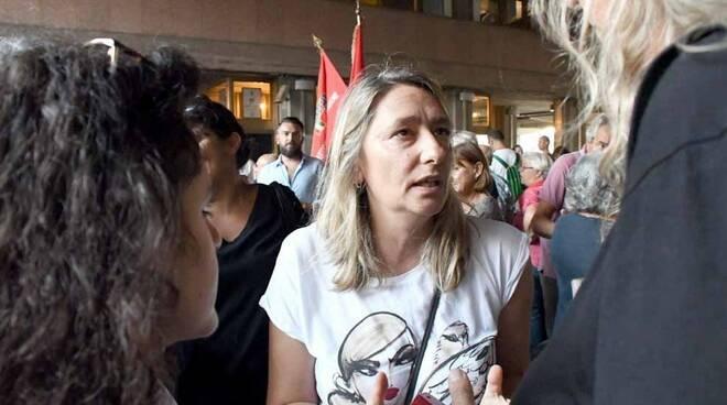 Martina Nardi al sit-in contro il busto sfregiato del partigiano Vico