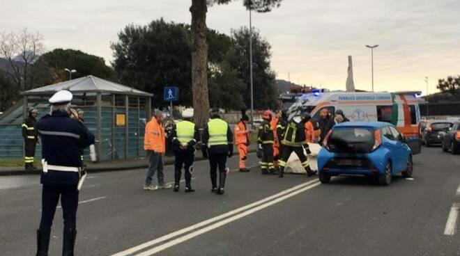 Camion perde blocco e colpisce auto, tragedia sfiorata a Carrara