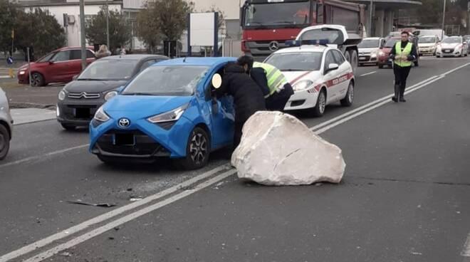 Il blocco di marmo perso dal camion e caduto sull'Aurelia a Carrara