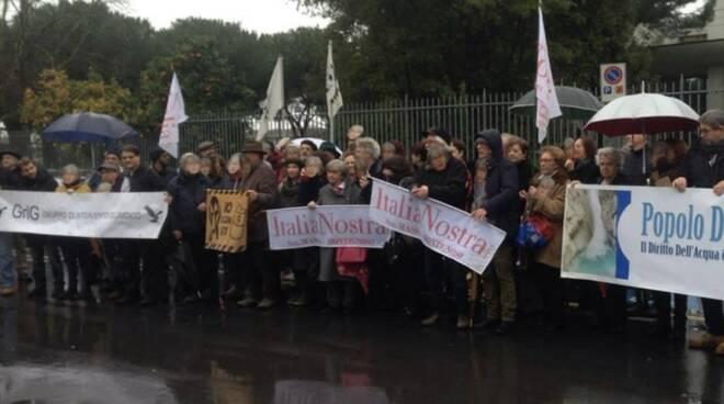 Il sit-in fuori dal tribunale per Franca Leverotti