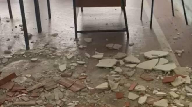 Il soffitto crollato al liceo Pascoli