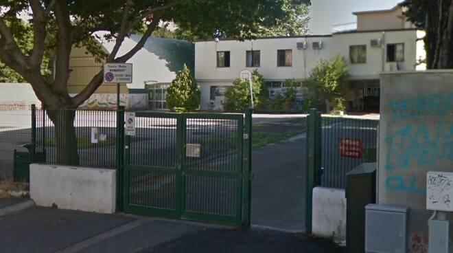 L'ingresso della scuola media Buonarroti