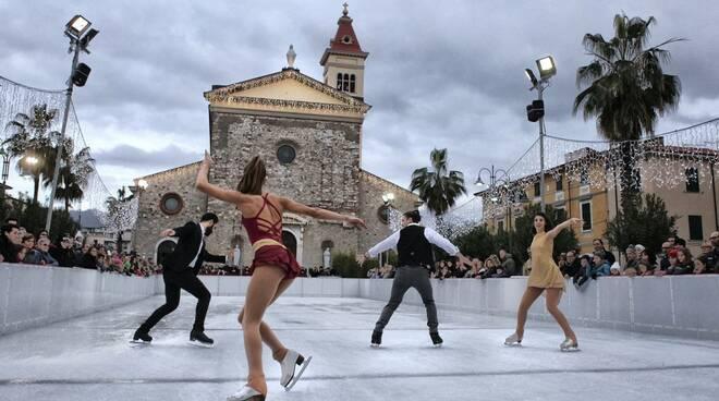 La pista di pattinaggio in piazza Menconi a Marina di Carrara
