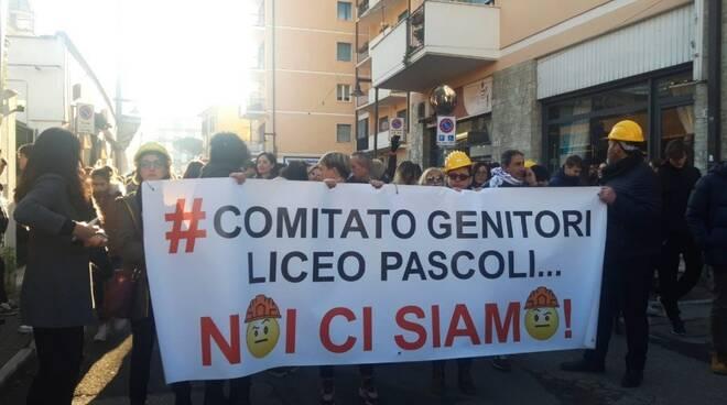 «Vogliamo scuole sicure», in 1500 in piazza a Massa