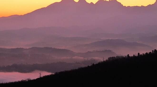 Alpi Apuane viste da Tresana all'alba