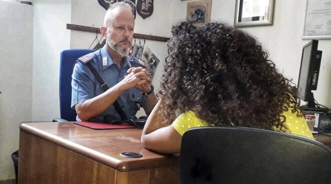 Donna denuncia dai carabinieri