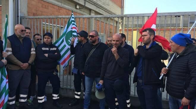 Gli operai della Sanac in sciopero