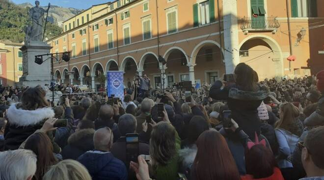 L'abbraccio di Carrara per Francesco Gabbani
