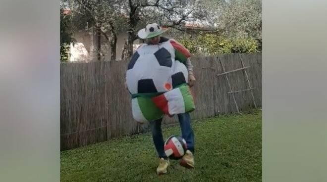 Anselmo Andrei vestito da pallone